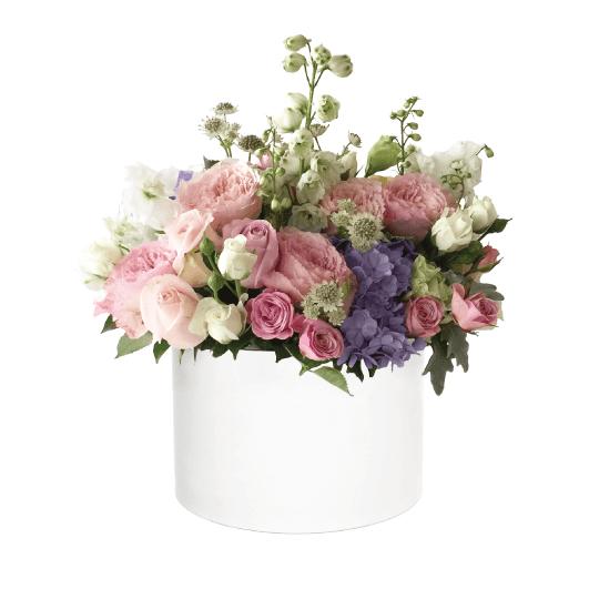 Švelnių spalvų gėlės dėžutėje